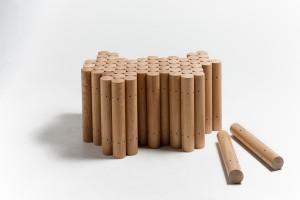 Table basse en chêne +/- 90 cm/60 cm - chaque cylindre : diamètre 6,5 cm x hauteur 38 cm Dimensions variables par rapport au nombre de cylindres utilisés Design & réalisation : Raphaël Charles Autoproduction Nico Neefs