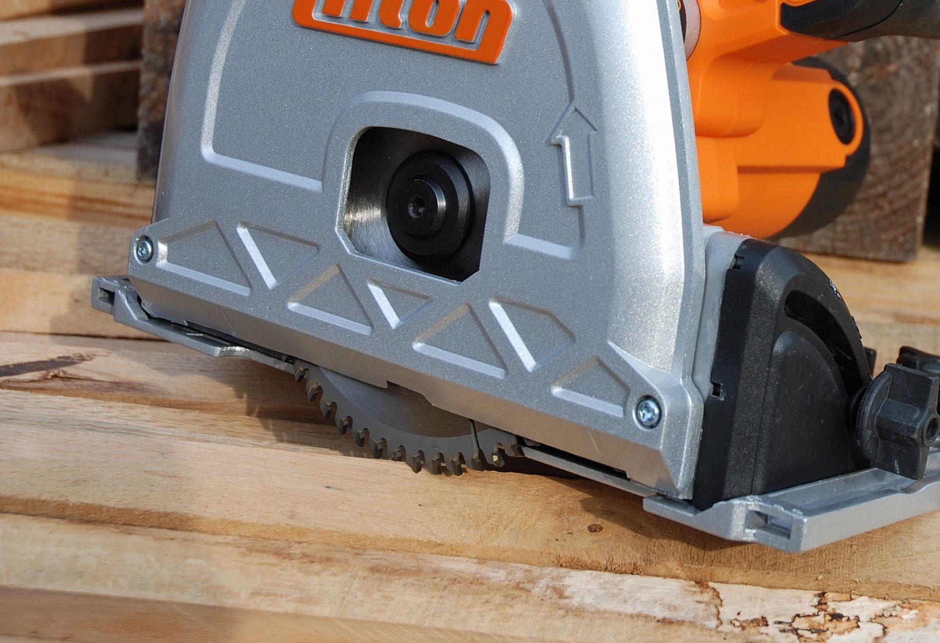 Le carter de protection ultraplat permet une coupe au plus près des murs (15mm).