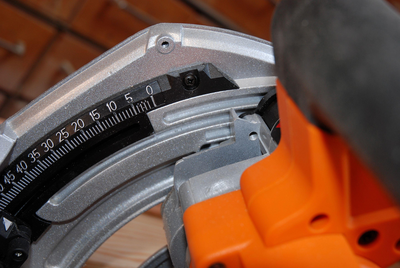 Gros plan sur le réglage du système d'ajustement automatique de profondeur de coupe.