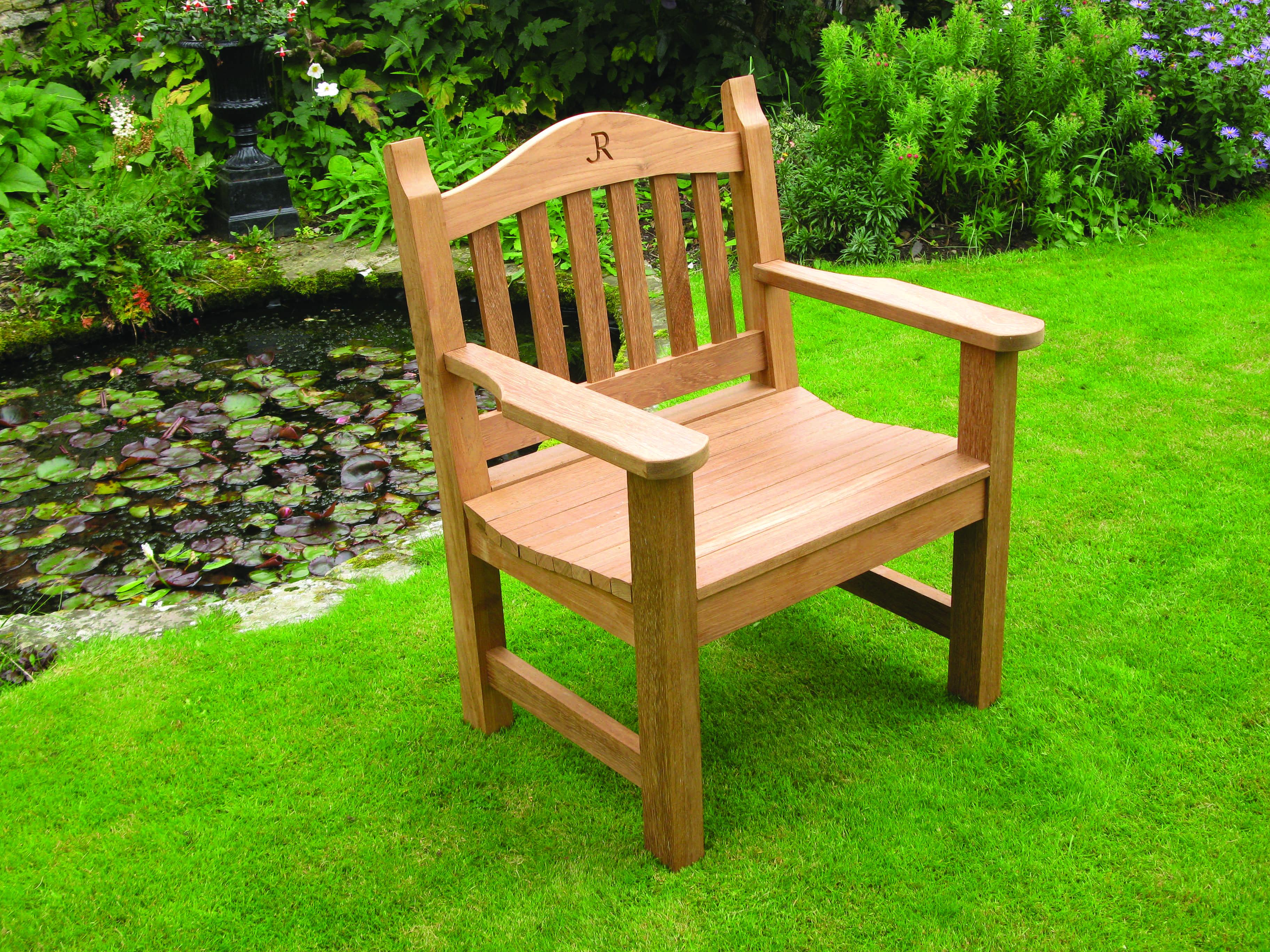 une chaise de jardin avec un monogramme l 39 atelier bois. Black Bedroom Furniture Sets. Home Design Ideas