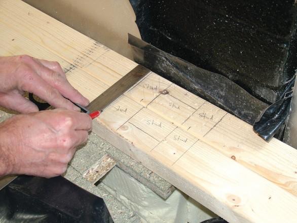 Repérez les dimensions pour les lisses basses et hautes et débitez-les. Placez-les côte à côte et repérez les positions centrales des montants tous les 400mm.