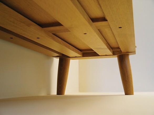 Les grandes traverses de la partie basse offrent un certain renfort à la structure en suivant les lignes des cadres des côtés.