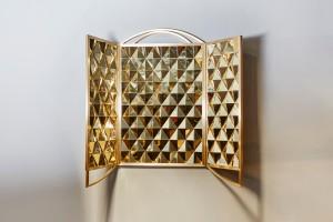 Mydriaz pour la Galerie Carole Decombe  Miroir retable,  Cadre en laiton poli satiné, losanges en laiton poli.  Miroir bronze au revers des panneaux latéraux.  Dimensions miroir ouvert : L 165 x h 142 cm  Dimensions miroir fermé : L 82,5 x h 142 cm.