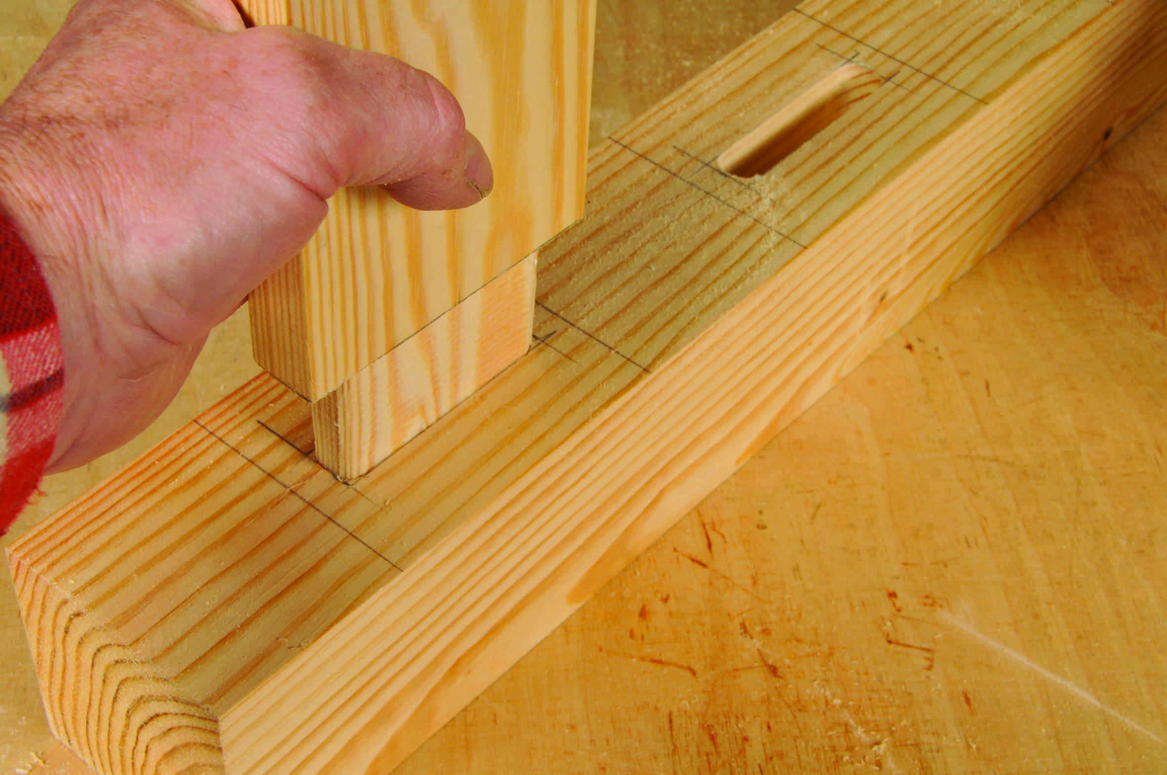 Vérifiez le bon emboîtement des mortaises: les extrémités des mortaises ont des formes arrondies et les tenons sont retaillés au ciseau.