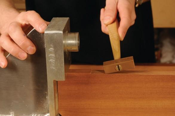 Les assemblages sont montés dans le châssis de test et bloqués à l'aide d'une cale oblique.