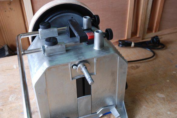 Le dessus et le bâti sont en zinc coulé d'une belle qualité de finition et d'une grande résistance, contrairement au carter en tôle de l'ancien modèle, sensible à la détérioration par la rouille au fil des utilisations.