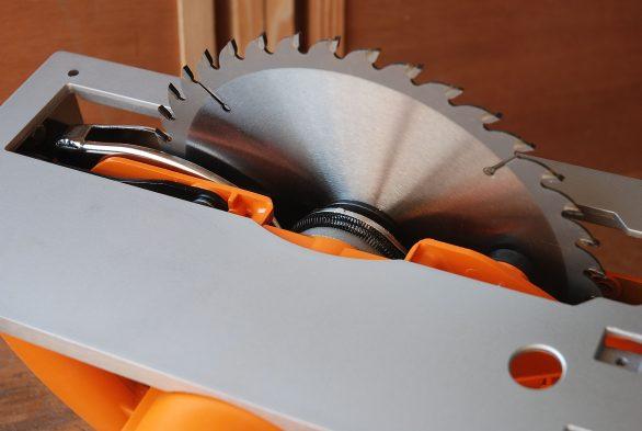 Une construction mixte, aluminium pour la semelle et plastique pour la coque, attrayante sur le plan esthétique et d'honorable qualité sur le plan technique.
